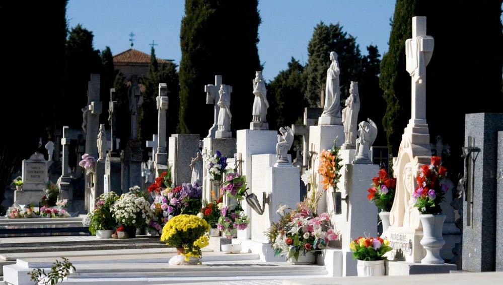 Cementerio con flores el Día de Todos los Santos