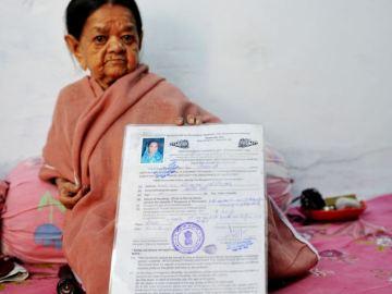 Zeenat Bi con su certificado de nacimiento
