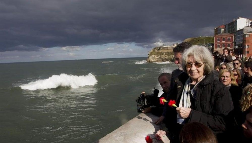 Carmen Méndez, viuda de Carrillo, durante el homenaje en Gijón