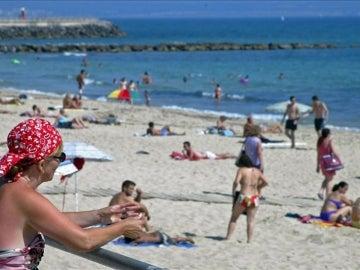 Turistas y residentes disfrutan de una de las playas mallorquinas.