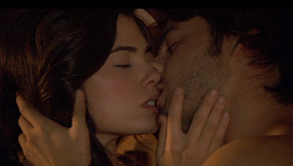 Gonzalo y María se dejan llevar por la pasión y yacen juntos