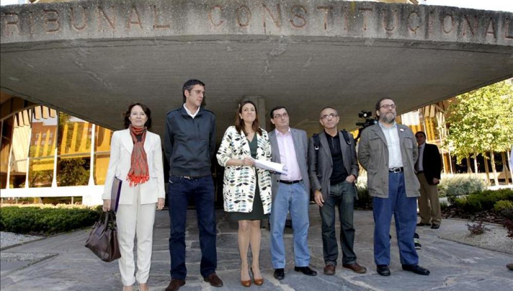 La portavoz parlamentaria del PSOE, Soraya Rodríguez (3i),  diputado socialista Eduardo Madina (2i), el portavoz de IU, José Luis Centella (3d), el de ICV, Joan Coscubiela (2d) y Chesús Yuste.
