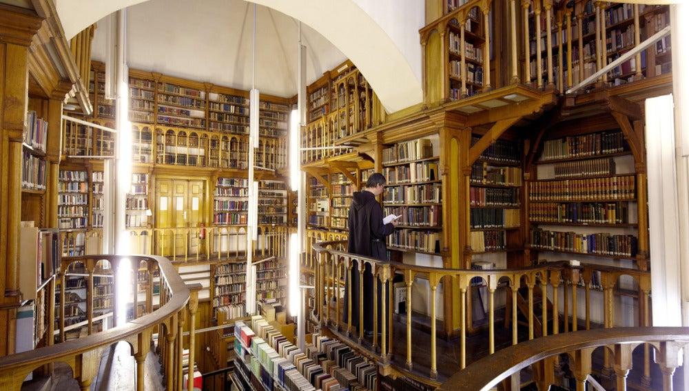 Biblioteca de la abadía benedictina de Maria Laach (Alemania) que contiene más de 9.000 libros