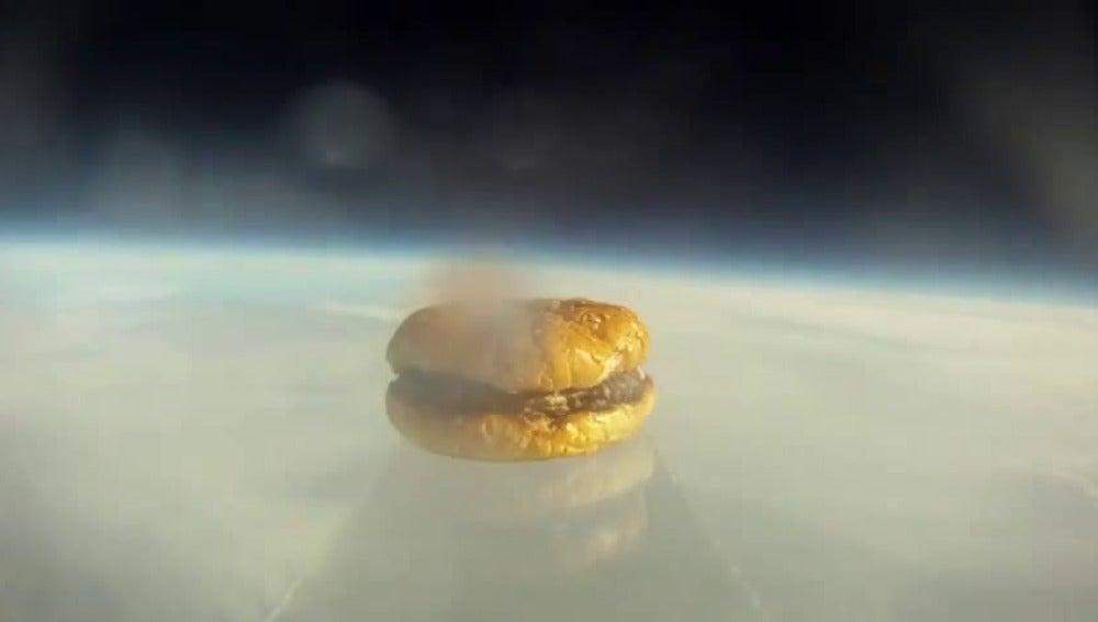Un grupo de amigos logra mandar una hamburguesa al espacio