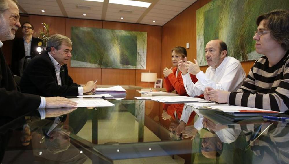 Rubalcaba en la reunión con expertos en la ley de desahucios