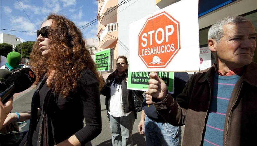 Protesta de la Plataforma de Afectados por las Hipotecas para tratar de evitar un desahucio.