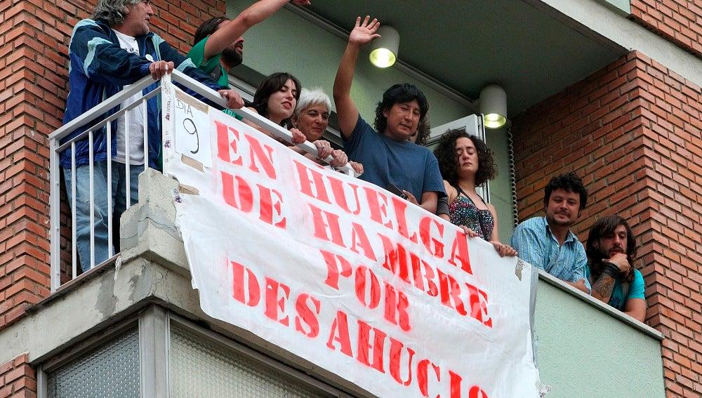 Una familia protesta contra los desahucios