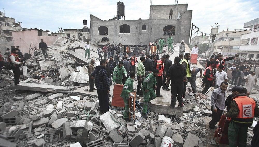 Los palestinos salen de sus viviendas tras el ataque aéreo de Israel en Gaza