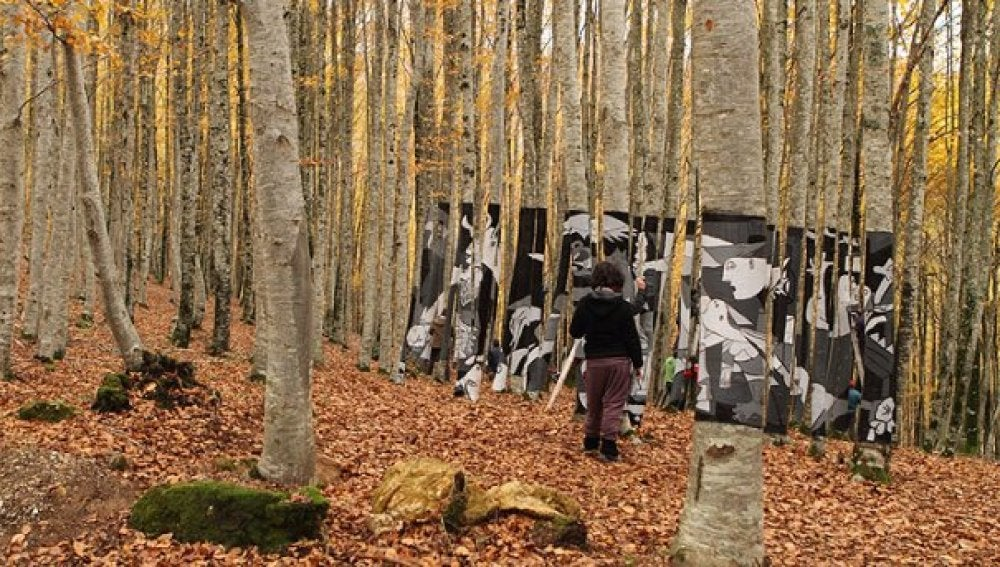 Un Guernica tridimensional entre hayas para evitar la tala