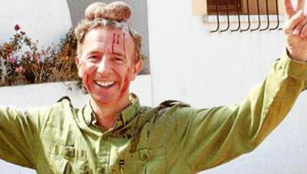 Carlos Delgado aparece con las criadillas del animal sobre su cabeza. Foto: Última hora noticias