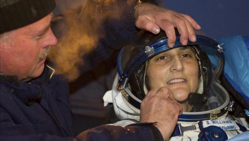 Tres astronautas, un japonés, un estadounidense y un ruso, regresaron hoy a la Tierra a bordo de la nave espacial Soyuz