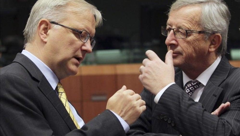 El presidente del Eurogrupo, Jean-Claude Juncker, conversa con el vicepresidente económico de la Comisión Europea, Olli Rehn.