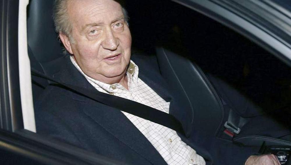 El rey Juan Carlos saluda a los medios a su llegada esta tarde al Hospital San José