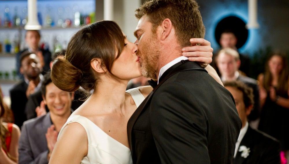 Julia y el Capitán se dan el beso