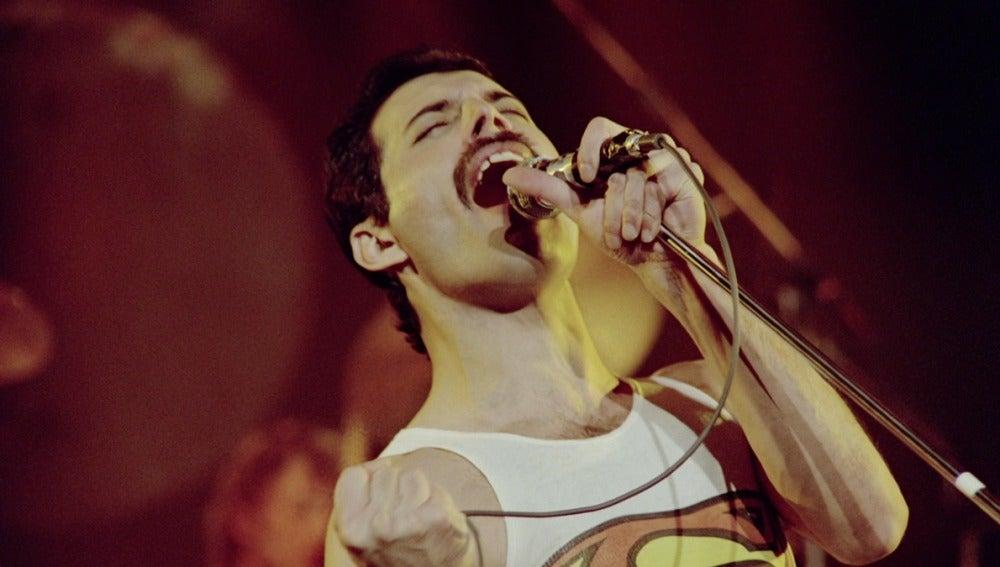 Freddie Mercury sobre el escenario