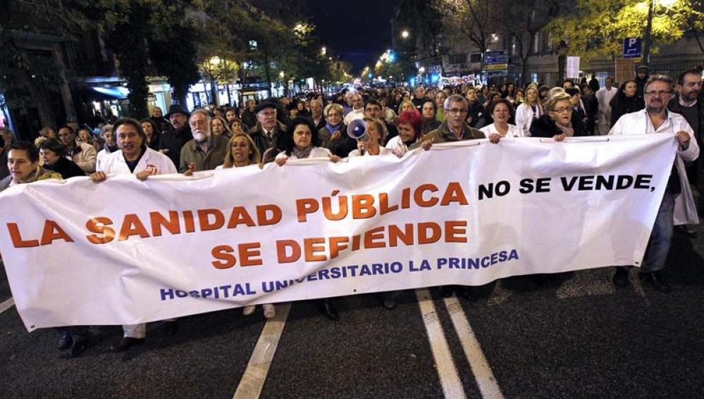 Trabajadores de los hospitales y centros de salud madrileños durante la concentración