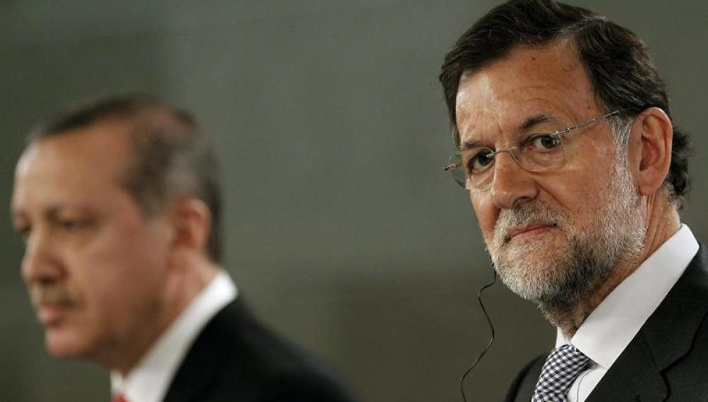 El presidente del Gobierno, Mariano Rajoy (d), junto al primer ministro turco, Recep Tayyip Erdogan