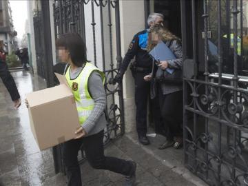 Agentes de los Mossos d'Esquadra salen del Ayuntamiento de Sabadell