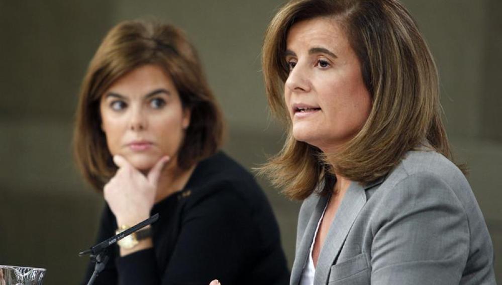 La vicepresidenta del Gobierno, Soraya Sáenz de Santamaría (i), y la ministra de Empleo, Fátima Báñez