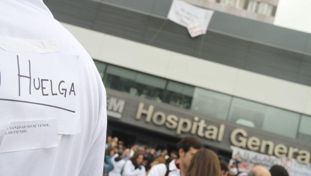 Puertas de un hospital madrileño con trabajadores en huelga (Archivo)