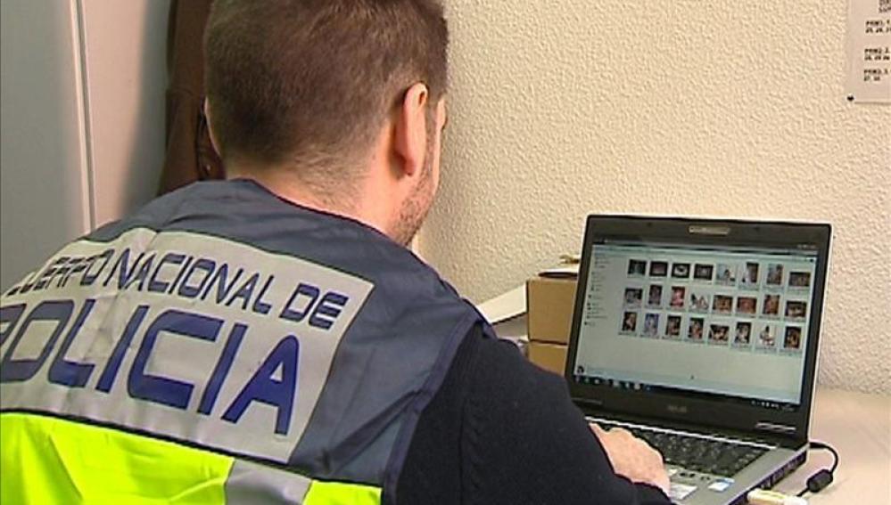 Un policía comprueba archivos de pornografía en un ordenador