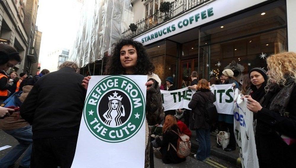 Manifestantes protestan ante las cafeterías de Starbucks