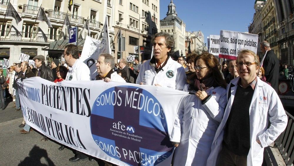 La AFEM se ha manifiestado en defensa de la sanidad pública, desde la Plaza de Neptuno a la Puerta del Sol.