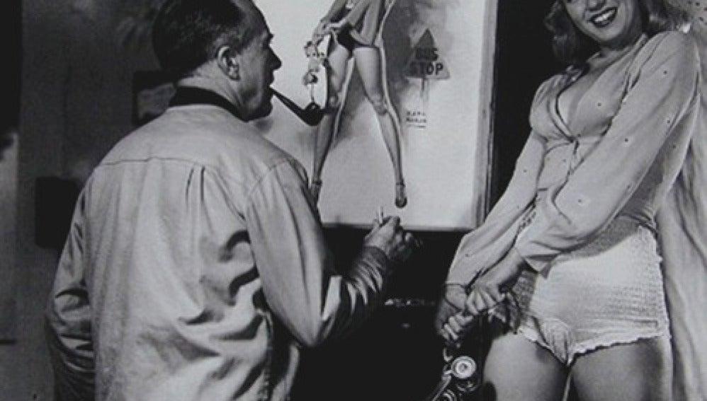 Earl Moran junto a Marilyn