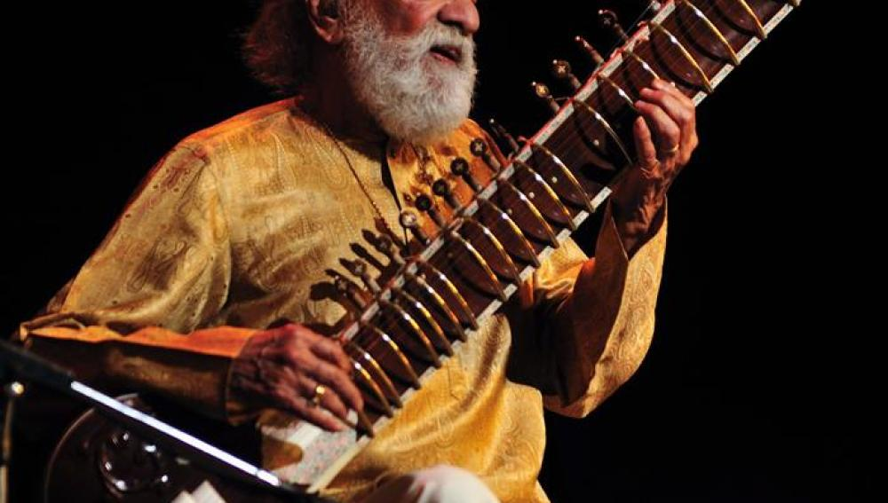 Ravi Shankar tocando un sitar