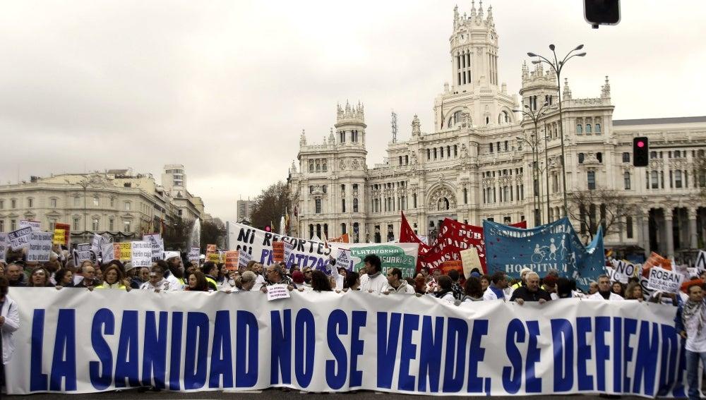 """Miles de """"batas blancas"""" se manifiestan contra la privatización de la sanidad"""