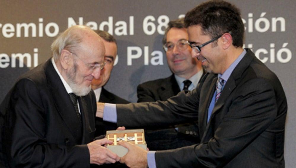 Álvaro Pombo recogiendo el premio Nadal en su 68 edición