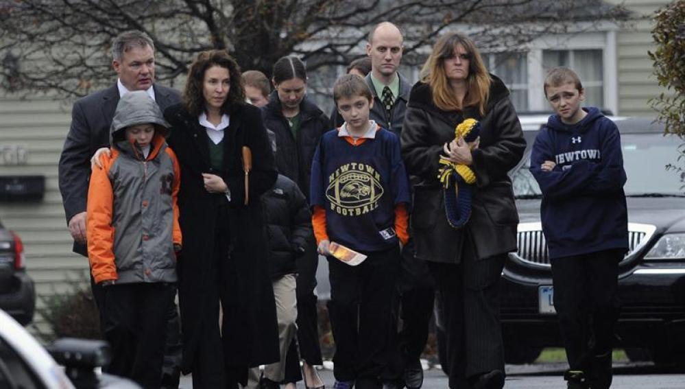 Familiares de los alumnos de Newtown, durante el funeral