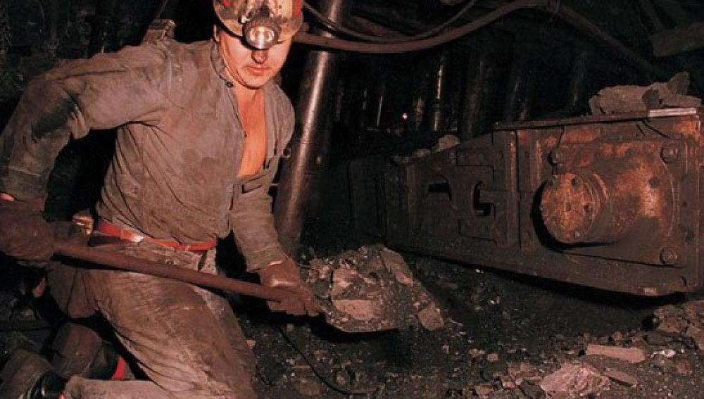 Minero trabajando en la mina