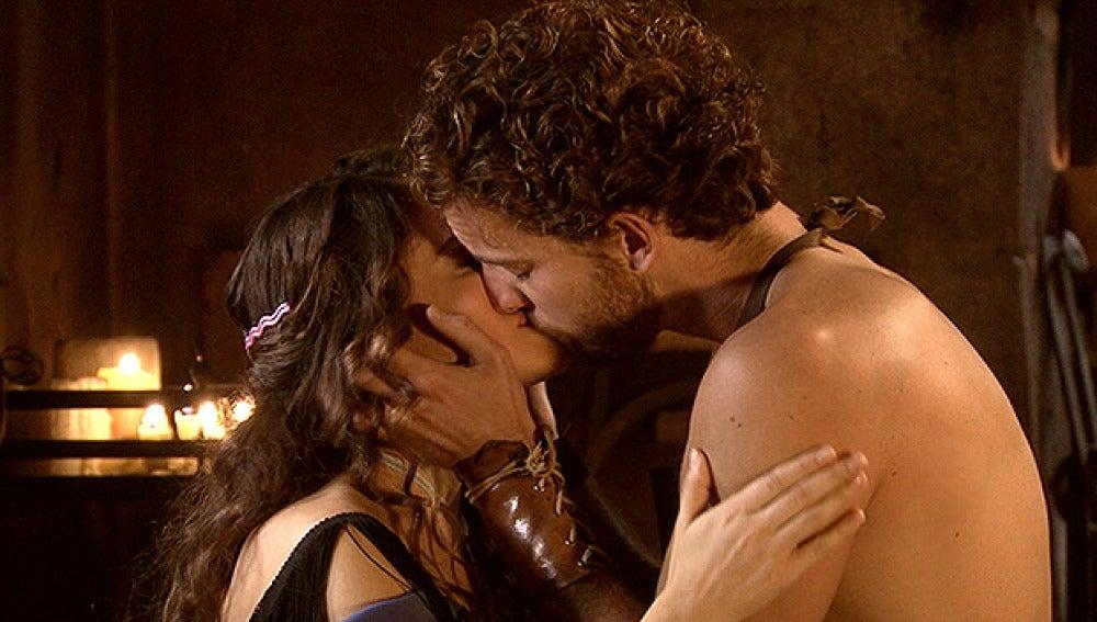 Andrés y María se besan