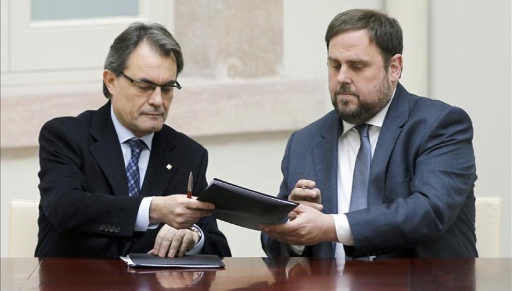 CiU y ERC firman el pacto de legislatura