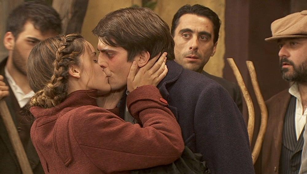 Soledad se hace pasar por amante de Luis para defenderle