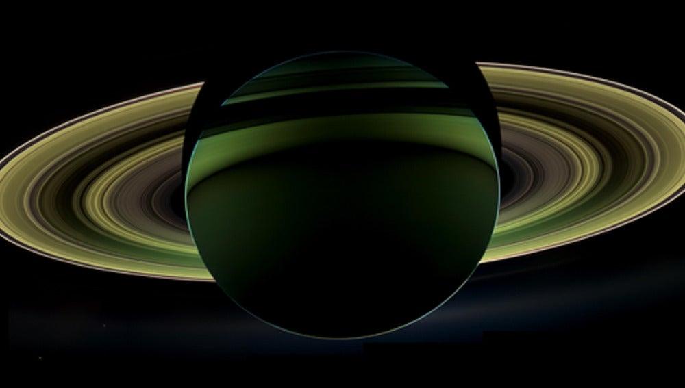 Imagen de saturno con su sombra proyectada sobre los anillos