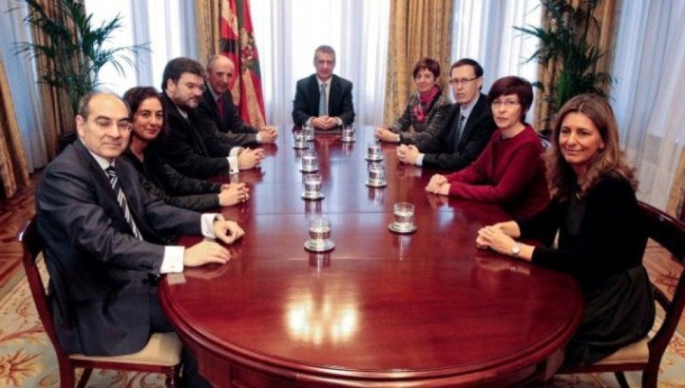 Los funcionarios del País Vasco cobrarán en enero la paga extra del próximo mes de junio