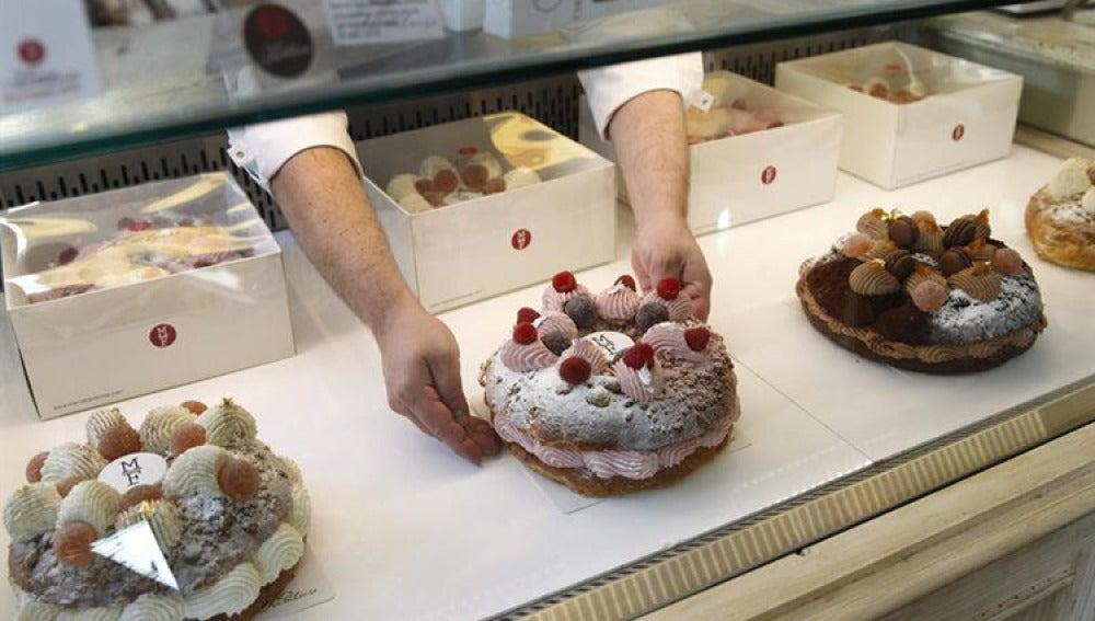"""Varios roscones puestos a la venta en la pastelería """"Mamá Framboise"""" de Madrid."""