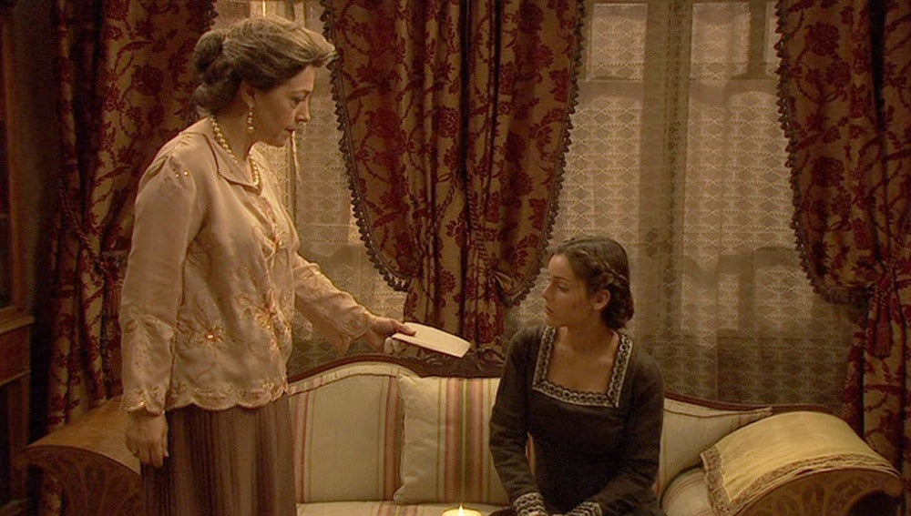 Francisca le da dinero a Soledad para su viaje