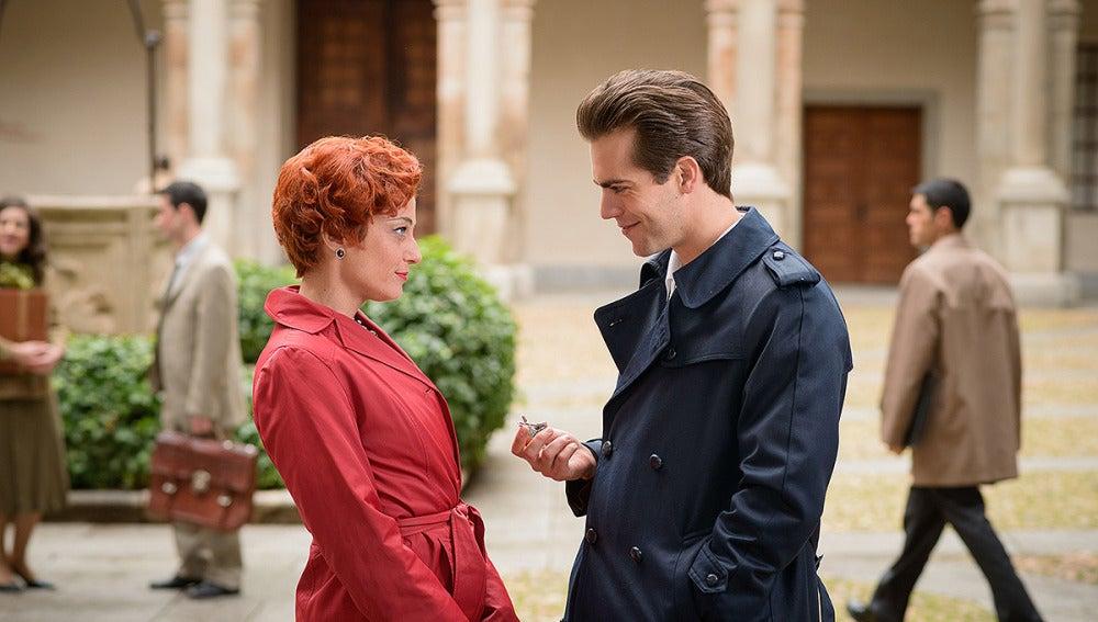 Mauro coquetea con Beatriz, mujer del director de la escuela