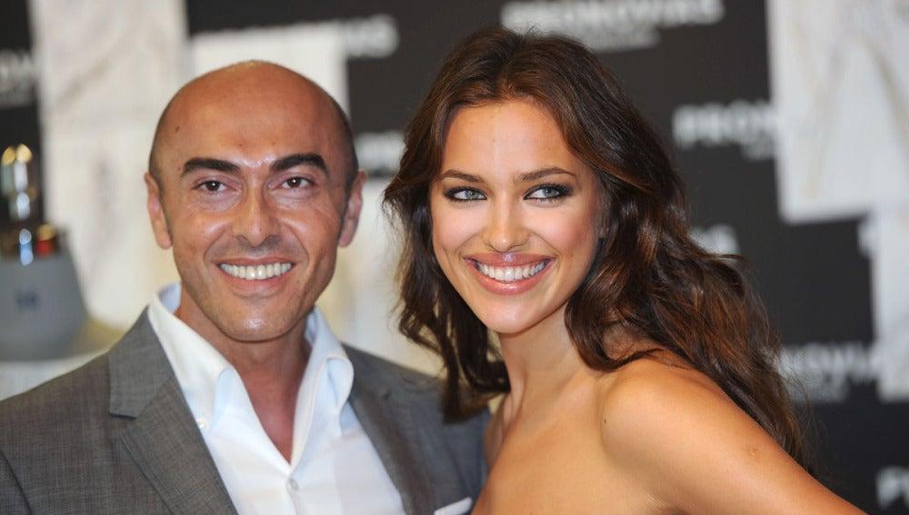 Manuel Mota junto a Irina Shayk durante una presentación de Pronovias