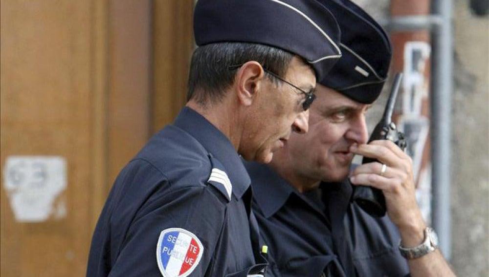 Dos policías franceses hacen guardia en una calle