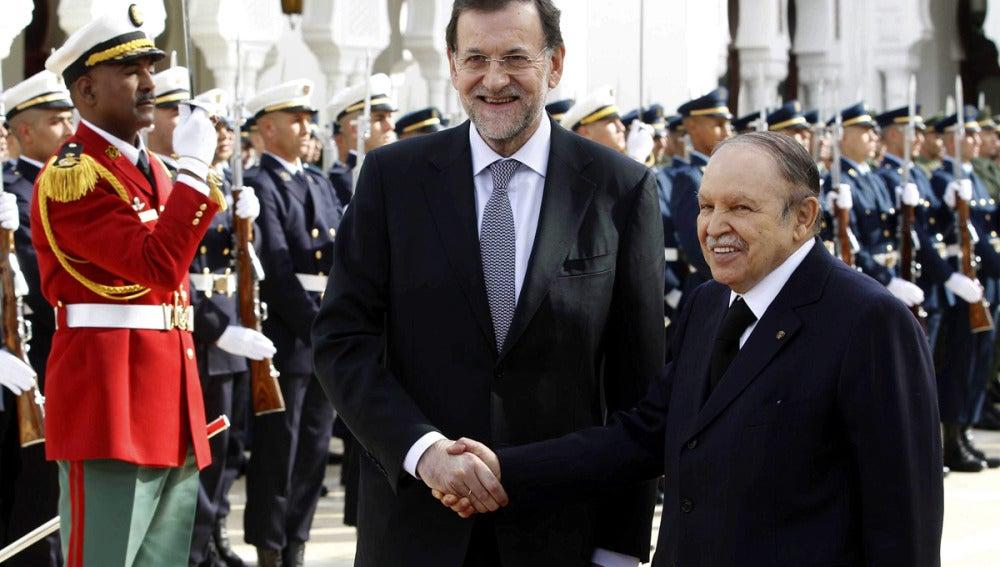 Mariano Rajoy saluda al presidente argelino