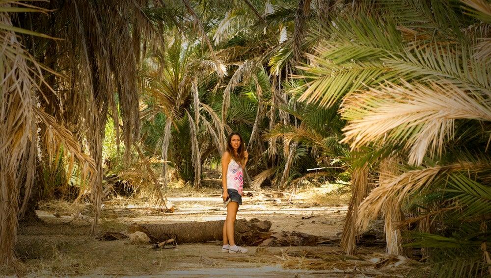 Ainhoa, tras descubrir que hay más gente en la isla, se dispone a investigar