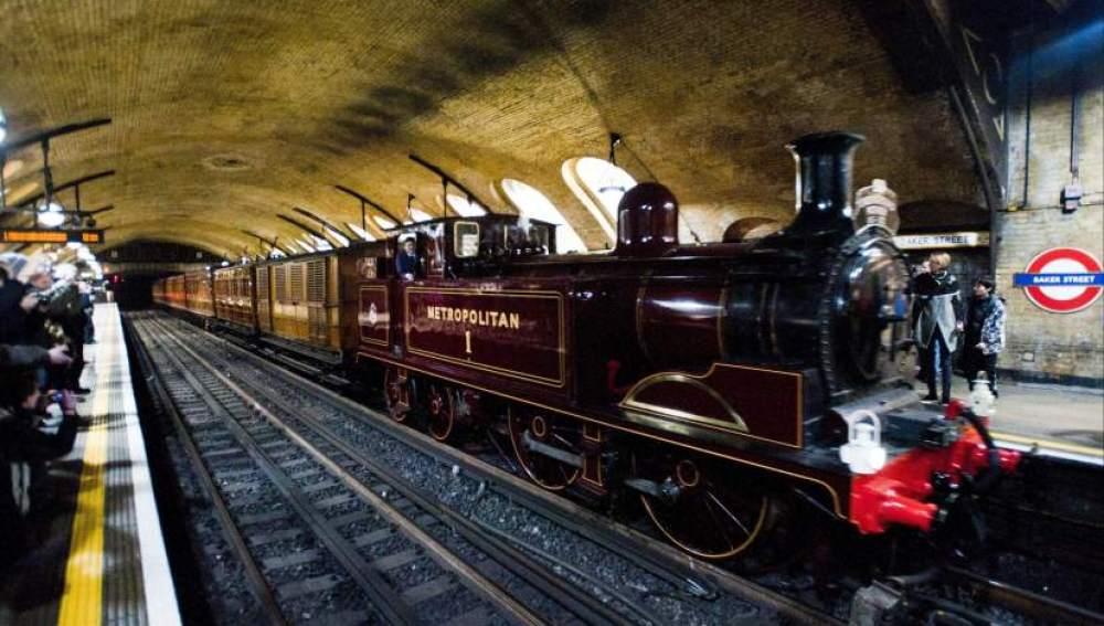Una locomotora recorrel el Metro de Londres en su 150 aniversario