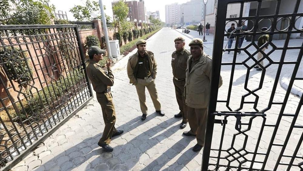 Policías indios hacen guardia en la entrada del juzgado.