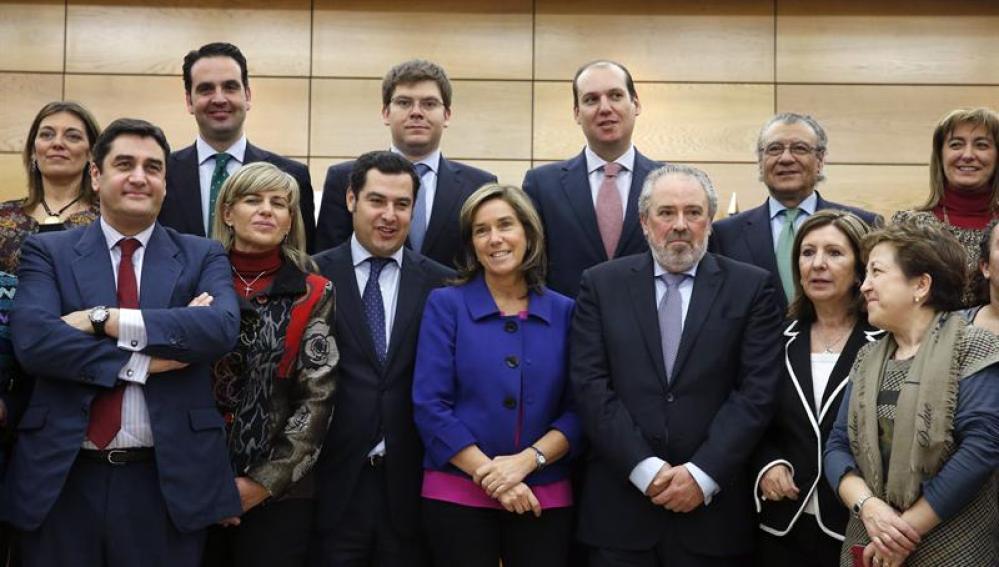 la ministra de Sanidad, Servicios Sociales e Igualdad, Ana Mato (c), junto a los consejeros autonómicos del ramo