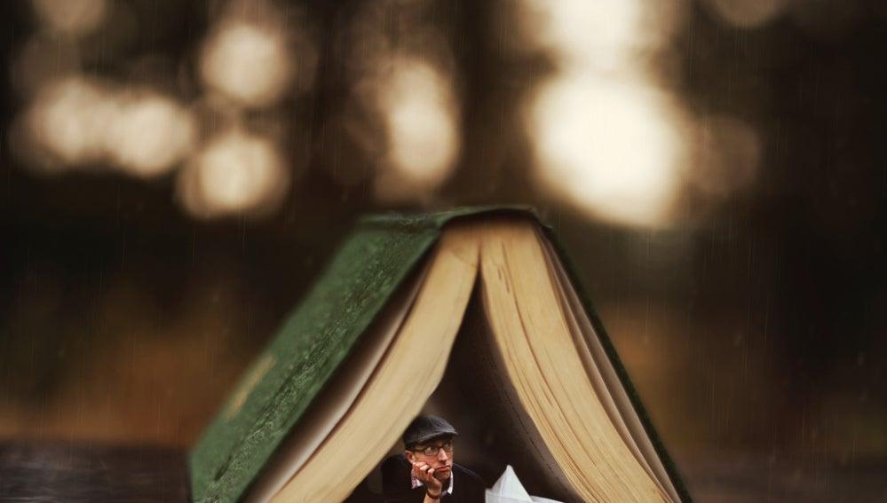 Bajo un libro