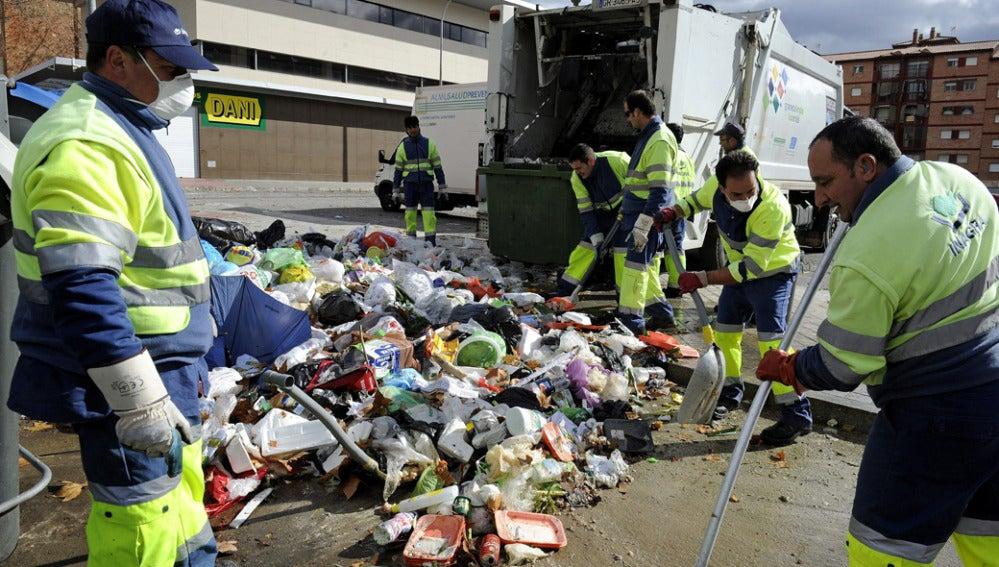 Operarios de la recogida de basuras vuelven al trabajo tras 13 días de huelga